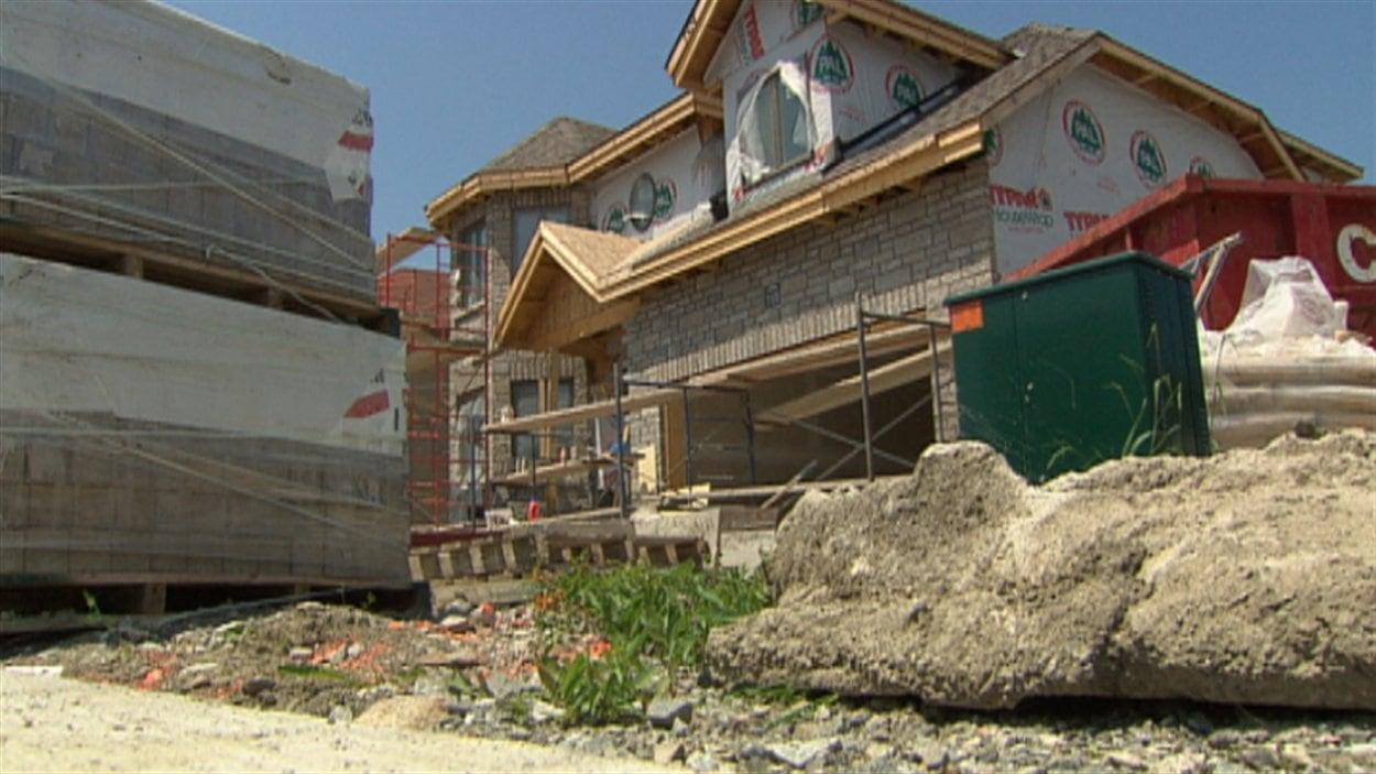 Gatineau retend la main l 39 apchq au sujet des frais de for Frais construction maison