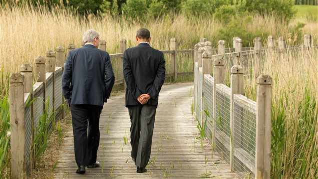 Le premier ministre du Canada, Stephen Harper, s'entretient avec le président américain Barack Obama en marge du sommet du G8 à Lough Erne, en Irlande du Nord.