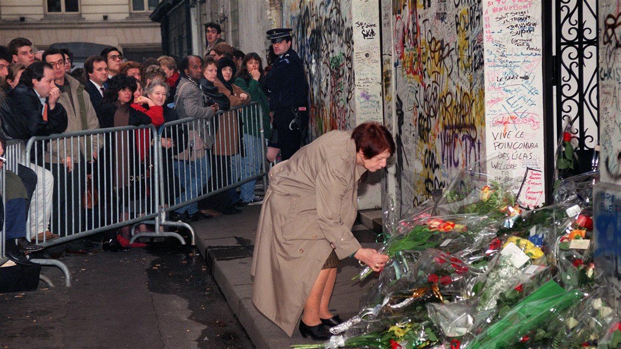 Des fleurs déposées devant la résidence de serge gainsbourg à paris lors de la