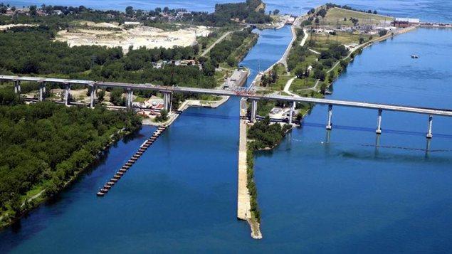 Photo aérienne de l'autoroute 30 et du pont Beauharnois, au-dessus de la voie maritime