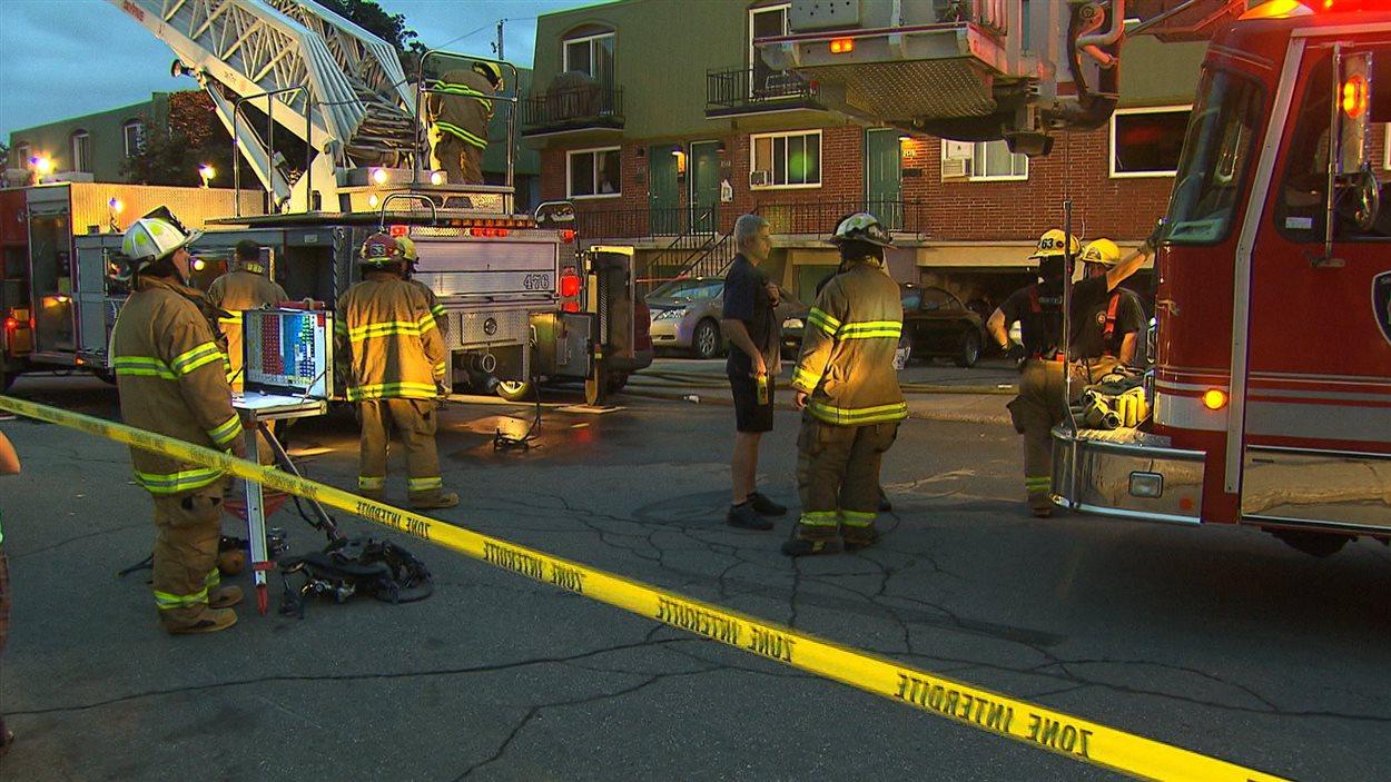 Les pompiers sont sur les lieux de l'incendie à Lachine, le 20 juillet.
