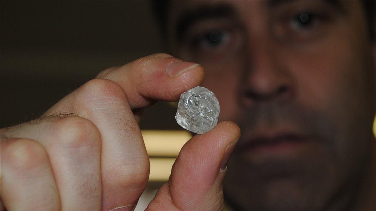 Le plus gros diamant canadien, tenu par Dylan Dix de Crossworks Manufacturing.