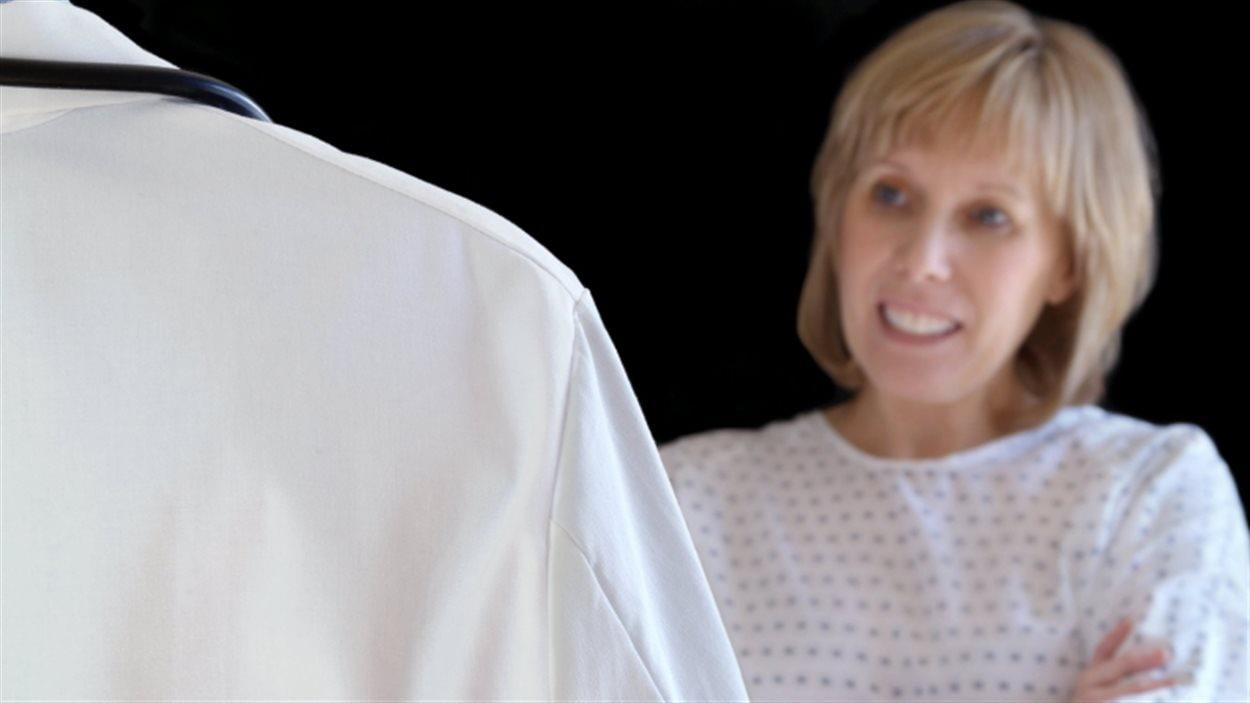 Une femme discute avec un médecin lors d'un examen médical.