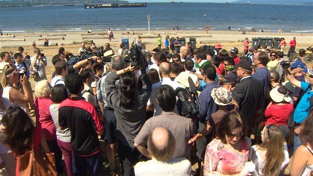 Une foule de passants et de membres des médias entourent le chef du Parti libéral Justin Trudeau lors de son passage à English Bay jeudi à Vancouver.