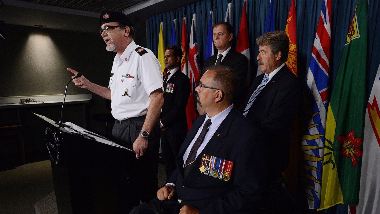 Le représentant des vétérans Michael Blais accompagné d'autres vétérans et de représentants du NPD.