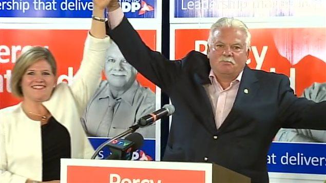 Andrea Horwath célèbre la victoire avec son nouveau député.