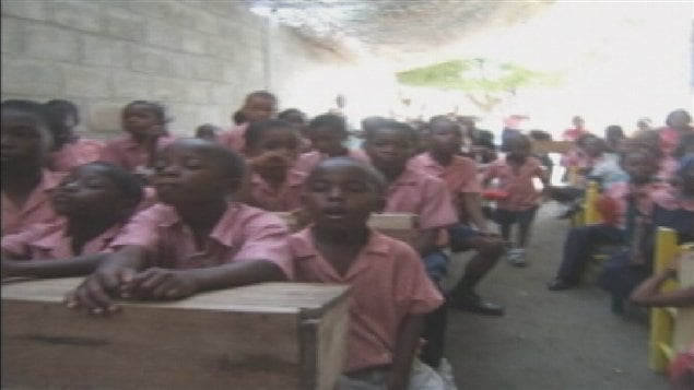 Des jeunes Haïtiens attentifs dans la nouvelle école de l'orphelinat