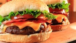 <b>Hamburgers garnis de fromage, de tomates, de laitue et de bacon</b>