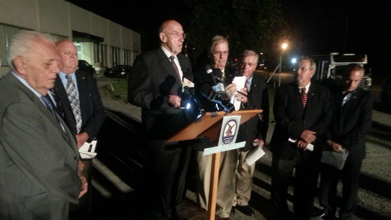 Les élus municipaux de Pointe-Claire ont tenu un point presse dans la nuit de mercredi à jeudi pour dénoncer la présence d'un entrepôt illégal de BPC sur leur territoire.