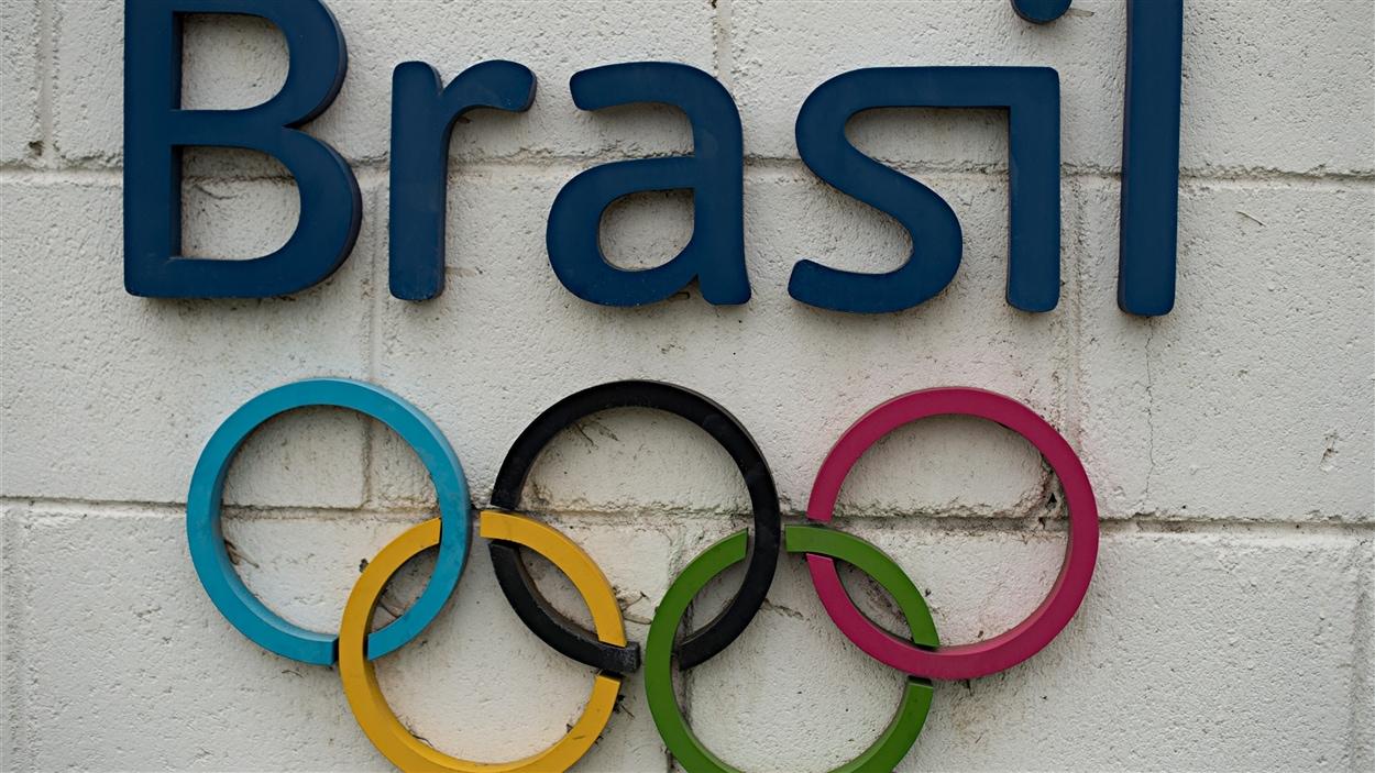 Les anneaux olympiques sur les murs d'un chantier de Rio