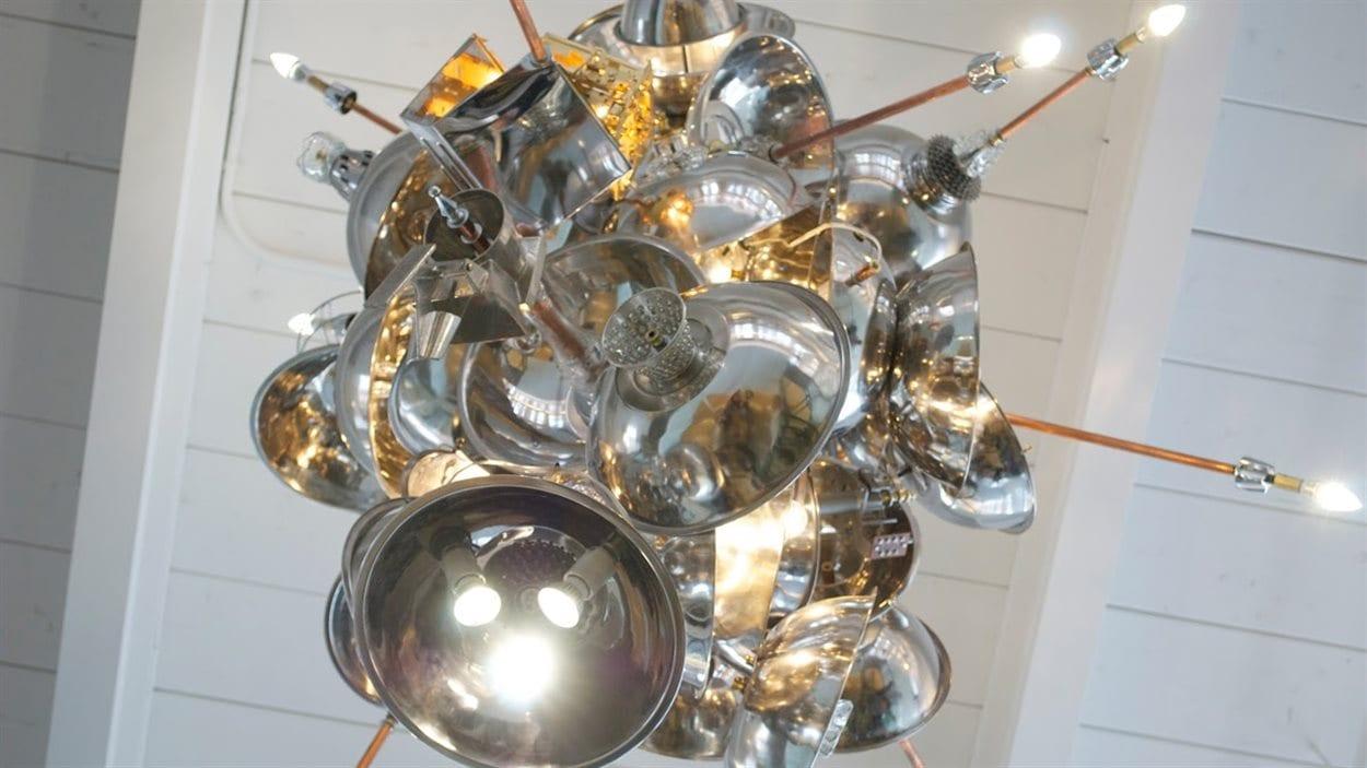 Le luminaire de la bibliothèque Marc-Favreau, une œuvre de l'artiste Emmanuel Cognée de Lampi Lampa. Photo : Cécile Gladel/Radio-Canada