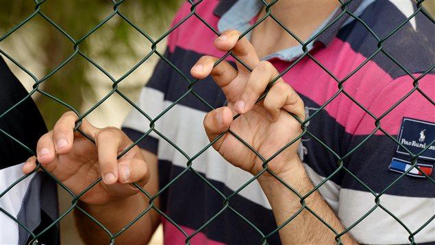 Des migrants dans un centre de détention temporaire à Lampedusa