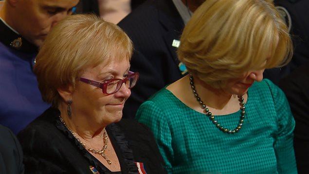 La mairesse de Lac-Mégantic, Colette Roy-Laroche, et l'épouse de Stephen Harper observent un moment de silence à la mémoire des victimes du déraillement.