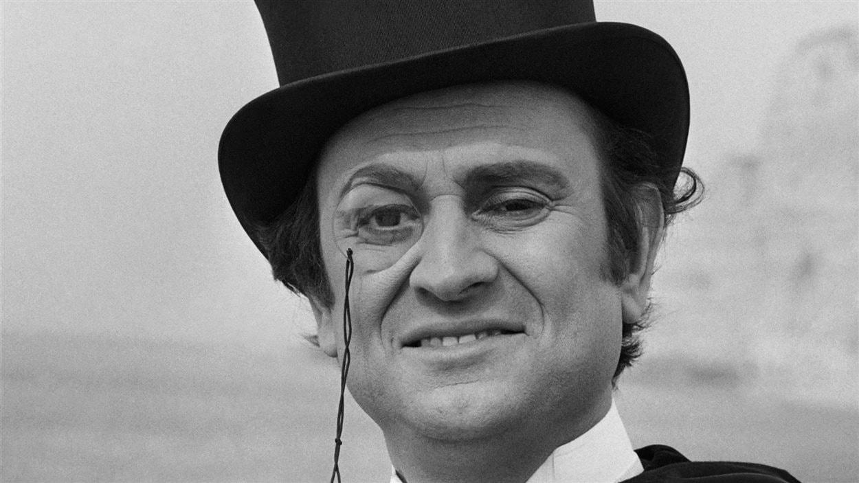 Georges Descrières en costume d'Arsène Lupin, en 1973