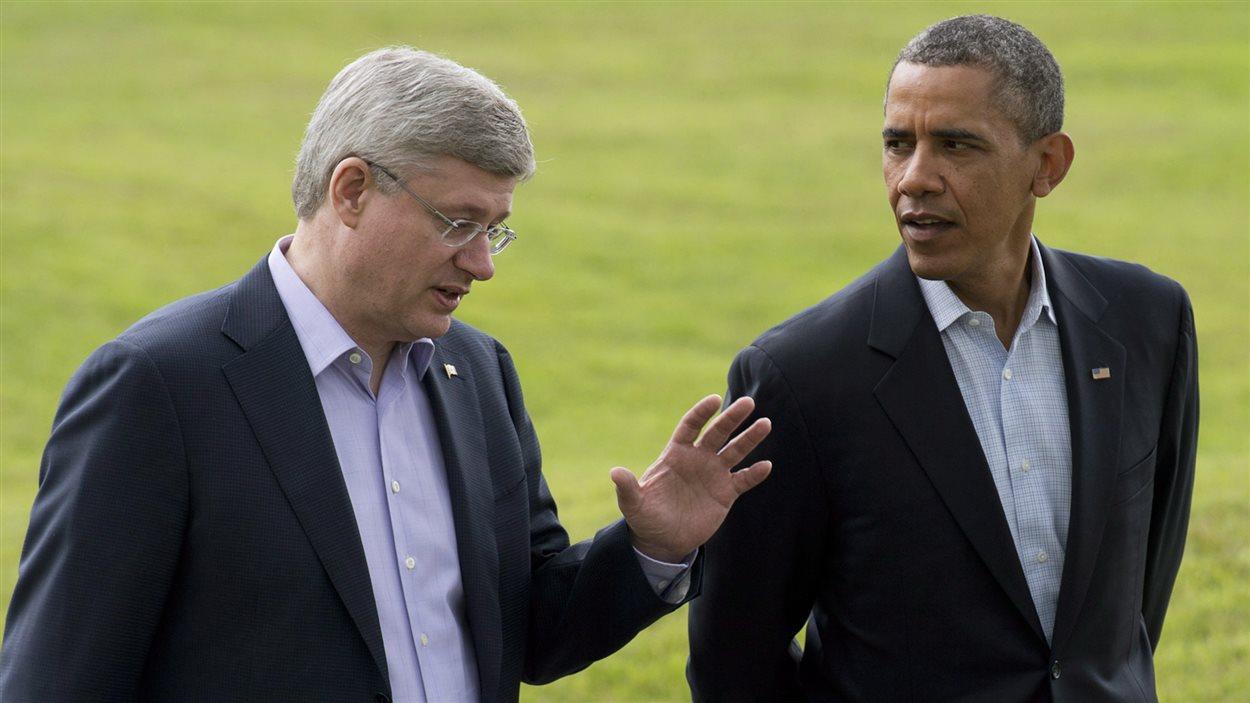 Harper et Obama discutent pendant un sommet  en juin 2013.