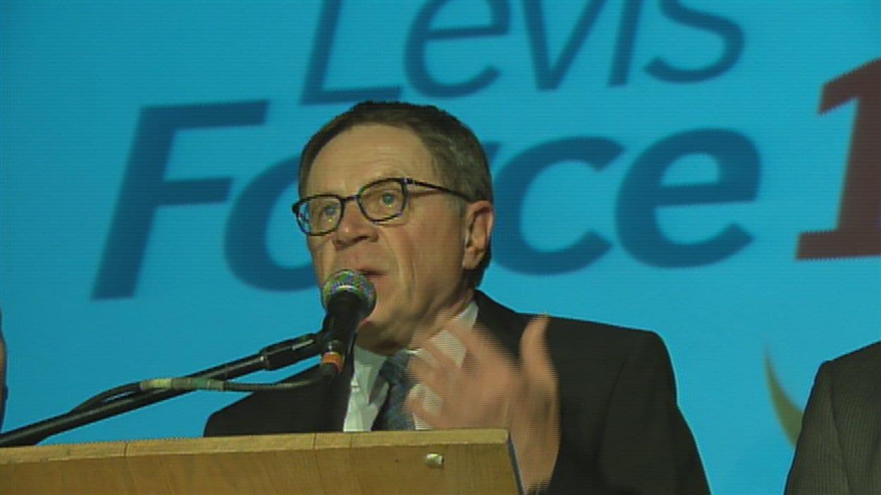 Gilles Lehouillier est élu maire de Lévis.