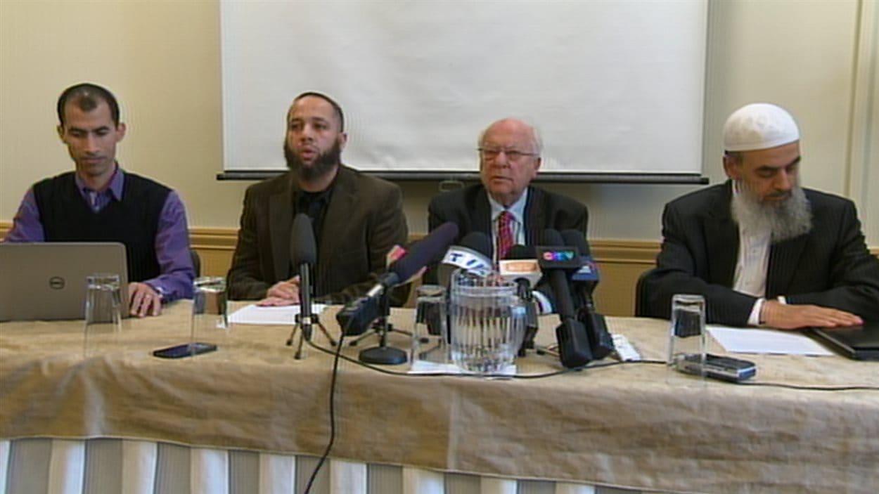 Les représentants du Conseil musulman de Montréal et le Collectif québécois contre l'islamophobie en compagnie de Me Julius Grey.