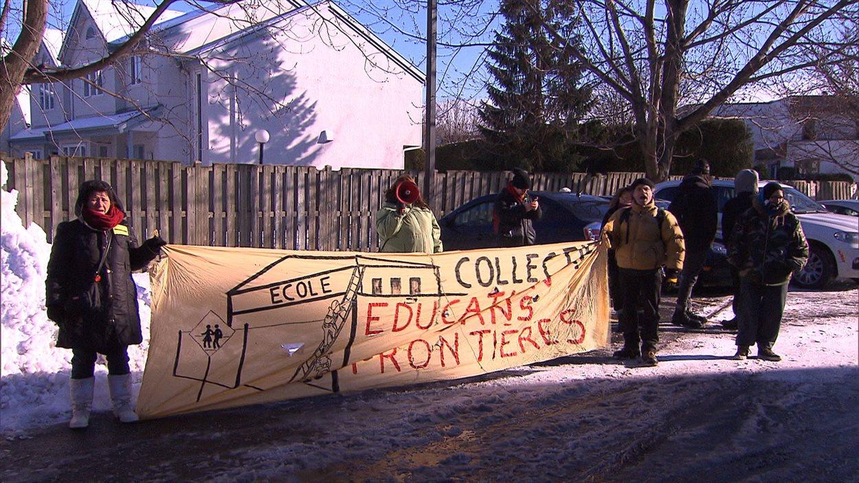 Des manifestants devant les bureaux de la ministre de l'Éducation du Québec