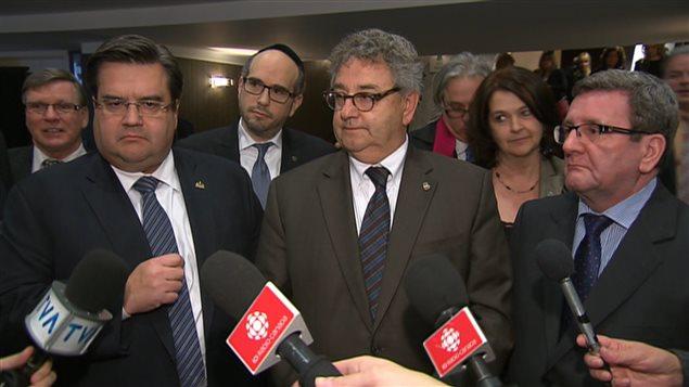 Denis Coderre, maire de Montréal (à gauche), Éric Forest, président de l'Union des municipalités du Québec (au centre) et Régis Labeaume, maire de Québec, à droite.