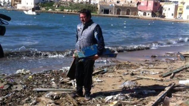 Franceso Tuccio ramasse les morceaux des épaves à Lampedusa