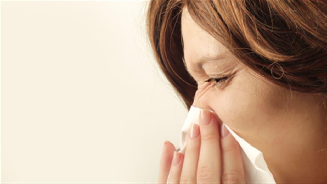Femme atteinte de la grippe.