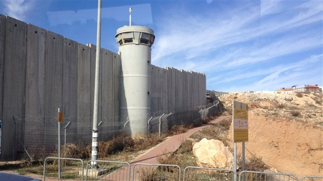 En route vers Ramallah, la délégation canadienne a longé le fameux mur qui sépare les habitations palestiniennes des colonies juives en Cisjordanie.