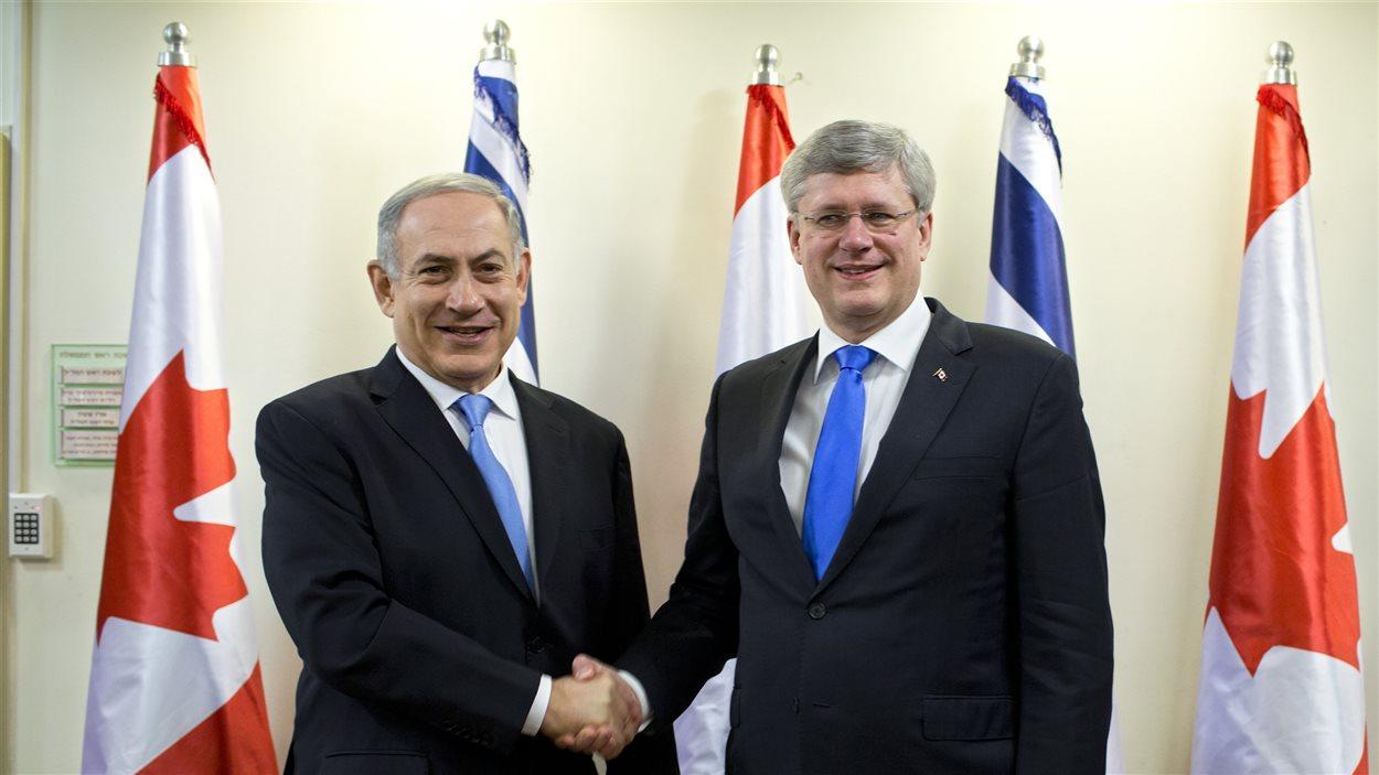 Les premiers ministres israélien, Benyamin Nétanyahou (gauche), et canadien, Stephen Harper (droite), se serrent la main avant leur rencontre bilatérale à Jérusalem.