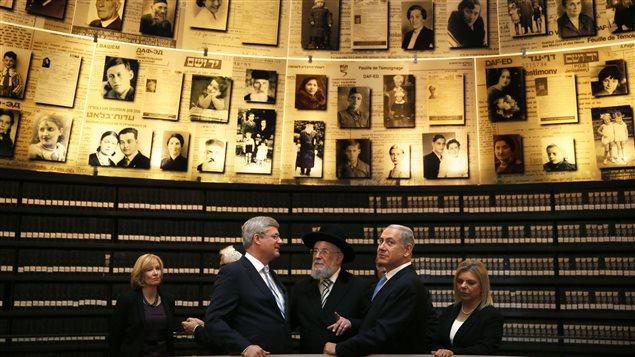 Stephen Harper et son épouse visitent le musée commémoratif de l'Holocauste en compagnie du premier ministre Benyamin Nétanyahou.