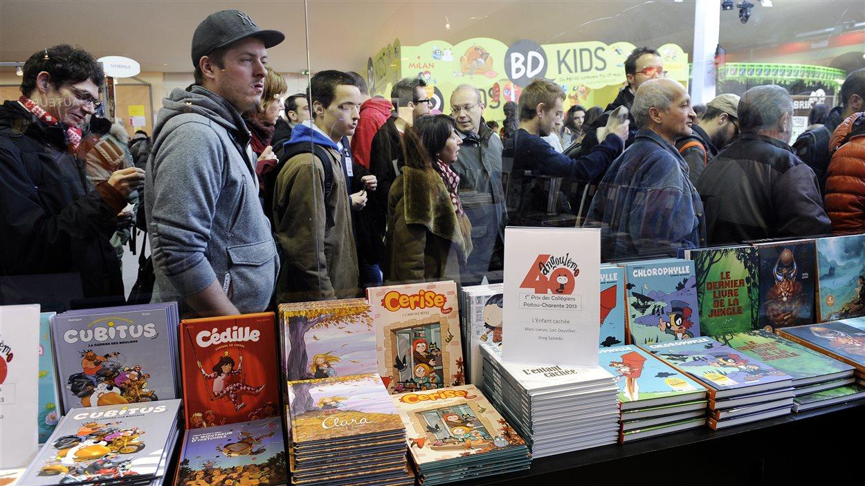 Des festivaliers font la queue au Festival international de la bande dessinée d'Angoulême (FIBD) en 2013.