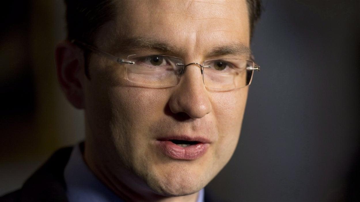 Le ministre responsable de la Réforme démocratique, Pierre Poilievre, déposera mardi un projet de réforme d'Élections Canada.
