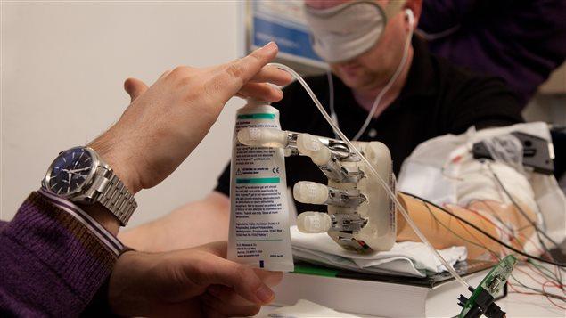 Lors des tests, le patient avait les yeux bandés et un casque sur les oreilles.