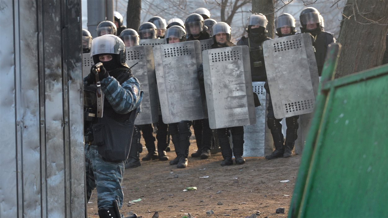 Un tireur d'élite ukrainien tient des manifestants en joue lors d'affrontements à Kiev.
