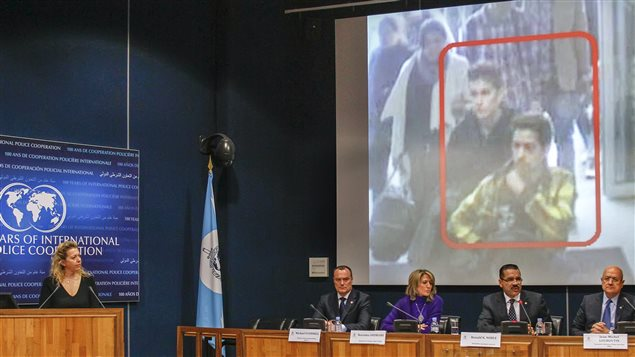 Le secrétaire général d'Interpol, Ronald Noble (deuxième à partir de la droite), a diffusé les photos des deux passagers ayant utilisé de faux passeports.