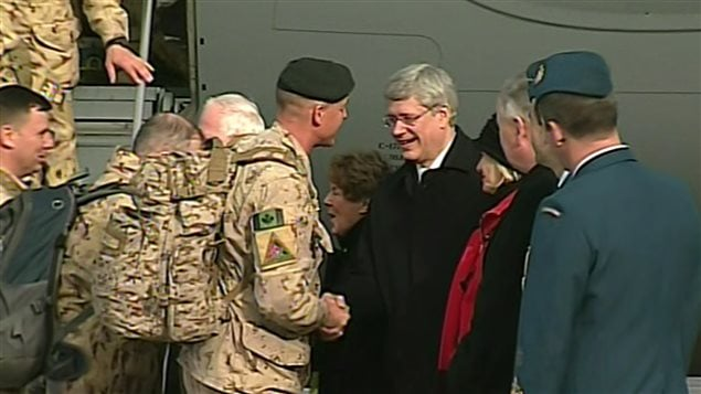 Le premier ministre Stephen Harper a accueilli les derniers militaires canadiens à rentrer d'Afghanistan.