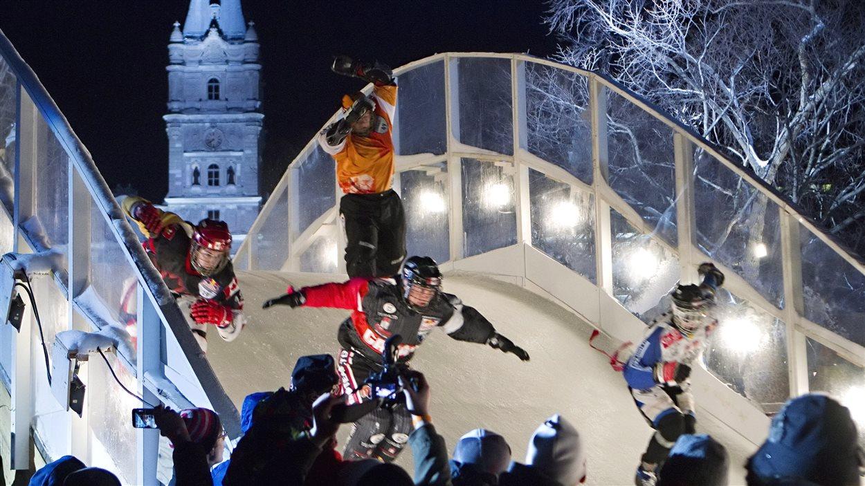 La finale du Red Bull Crashed Ice, une compétition de patinage extrême, s'est tenue samedi soir pour une 9e année consécutive à Québec.