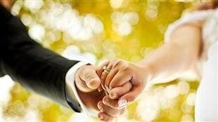 Deux personnes le jour de leur mariage