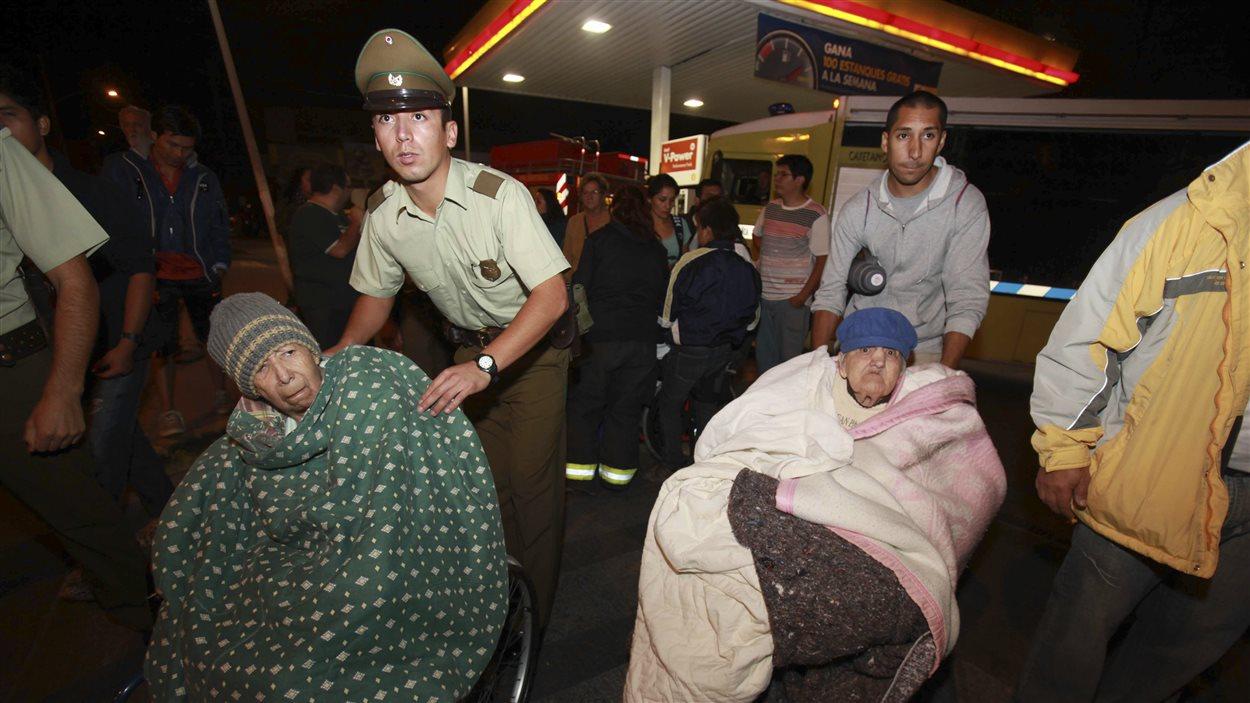 Des personnes âgées sont évacuées d'un centre d'accueil après le séisme suivi d'un tsunami au Chili, le 1er avril 2014