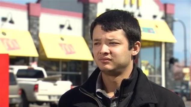 Tim Turcot, 21 ans, accorde une entrevue à Radio-Canada le 4 avril 2013 devant le restaurant McDonald's où il a postulé sans succès, même avec 4 ans d'expérience en restauration.