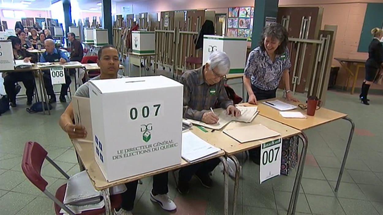 Jour de vote au qu bec des lecteurs de sherbrooke critiquent le manque d 39 organisation ici - Organisation bureau de vote ...