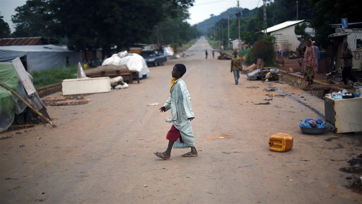 Un enfant marche dans une rue de Bangui le 10 avril 2014.