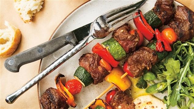 Ricardo - Salade de bœuf à la mangue et Brochettes de bœuf méditerranéennes - Émission du 14 avril 2014