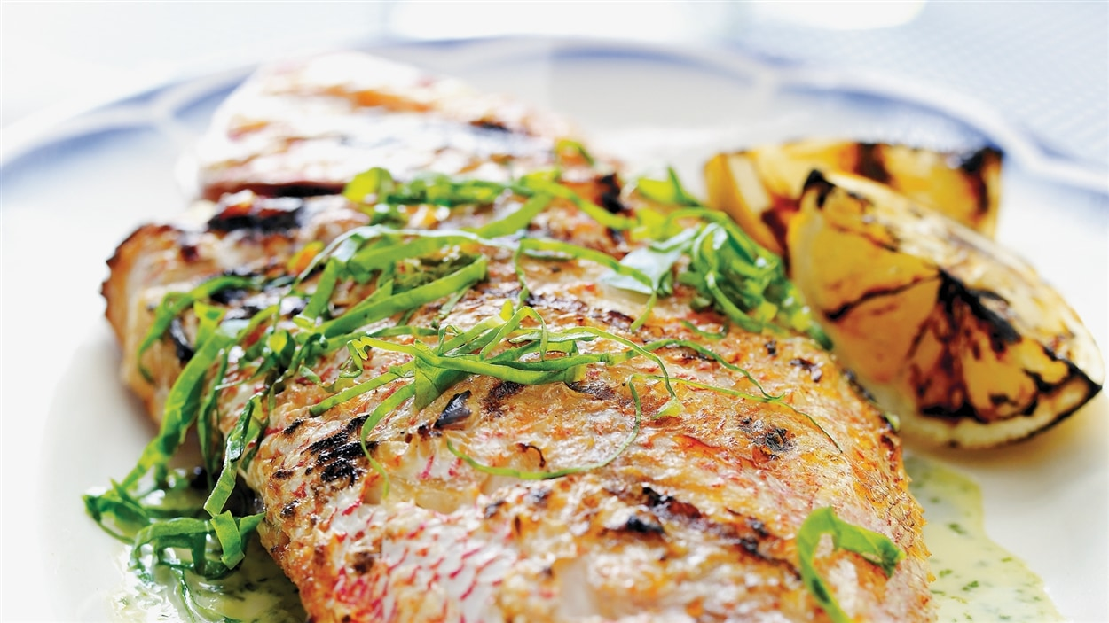 Ricardo - Vivaneau grillé à la crème d'ail à l'oseille et Papillote de poisson et vinaigrette au cari - Émission du 21 avril 2014