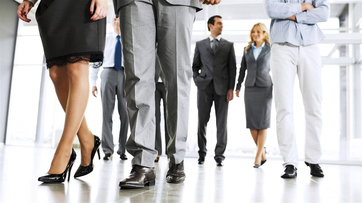 De employés de bureau marchent.
