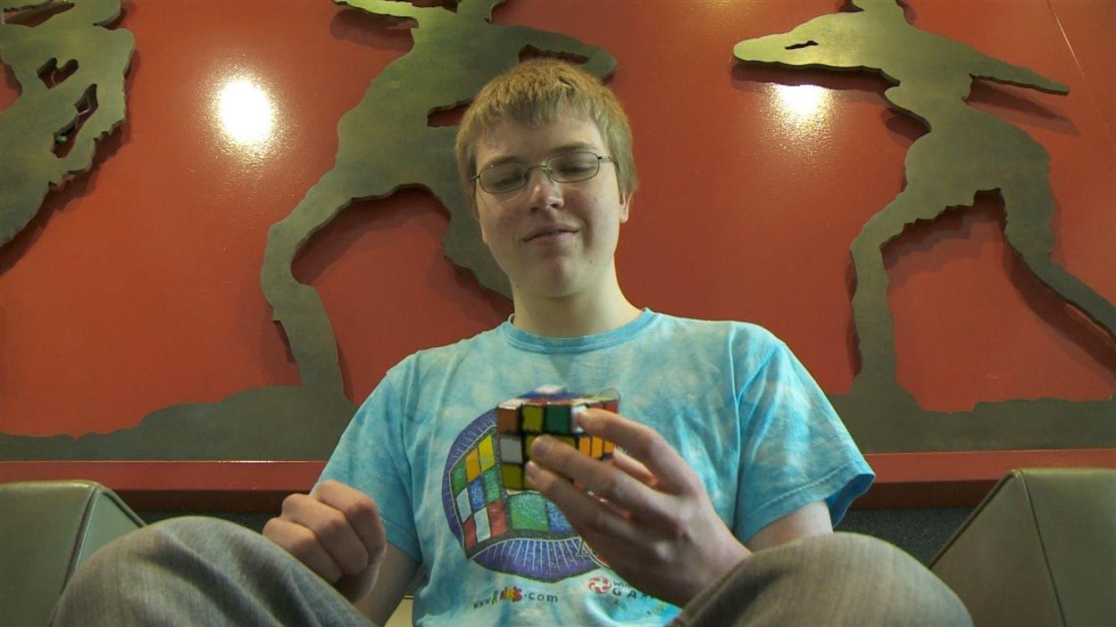 Antoine Cantin résoud un cube Rubik