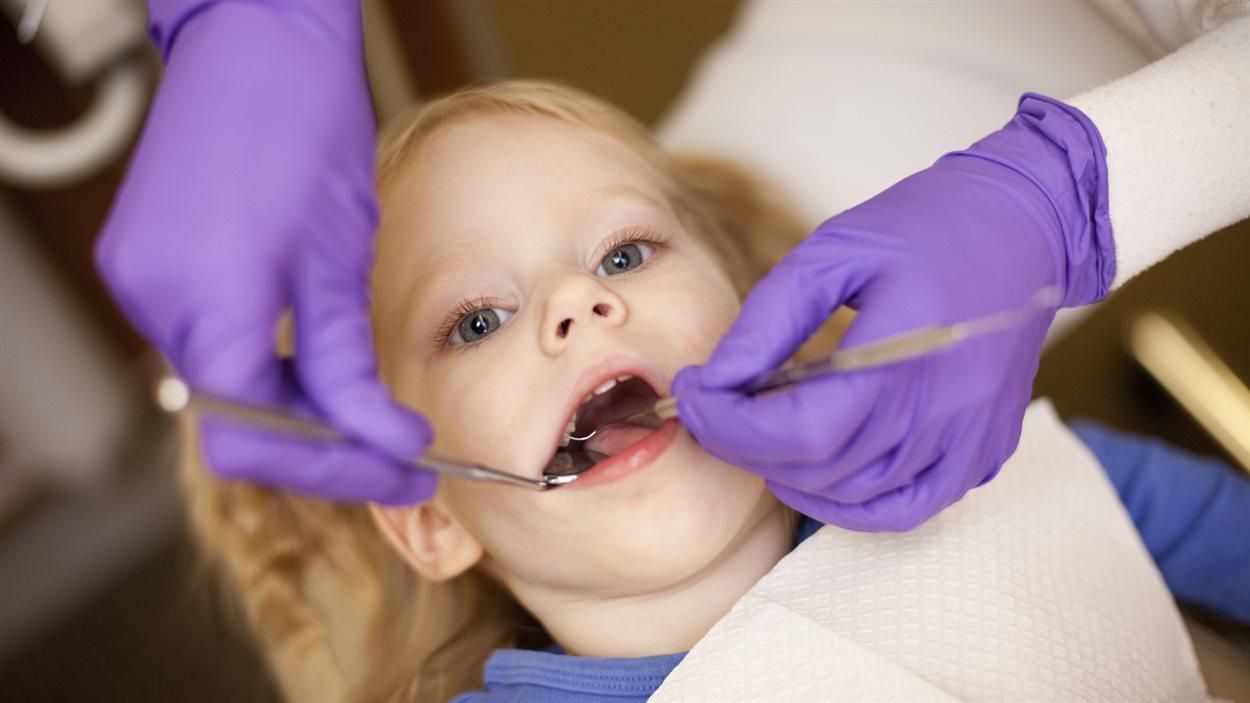 Jeune enfant chez le dentiste