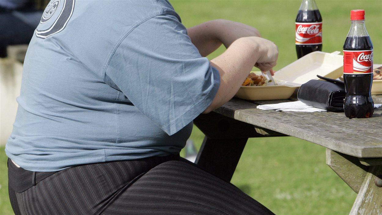 Un homme dans un parc avec des boissons gazeuses