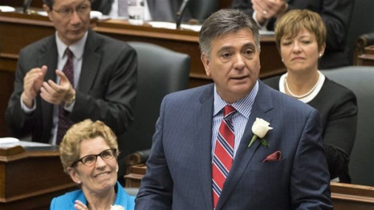 Le ministre des Finances de l'Ontario, Charles Sousa, prévoit un déficit de 12,5 milliards de dollars dans le budget 2014-2015 de 130,4 milliards dévoilé il y a deux semaines.   La dette nette ontarienne sera de 317,2 milliards $ dans deux ans, ce qui représente 21 019 $ par personne. Lorsque les libéraux ont pris le pouvoir en Ontario en 2003-2004, la dette nette était de 10 971 $ par personne.
