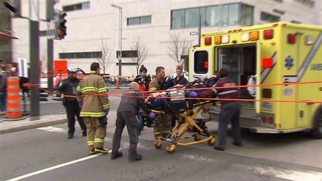 La cycliste happée par un camion au centre-ville de Montréal est transportée à l'hôpital
