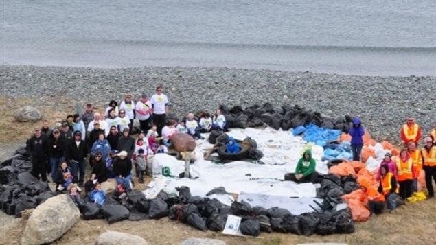 Des résidents de Terre-Neuve ont créé un macareux à partir de sacs de poubelle