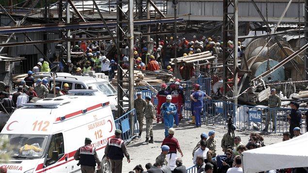 Des secouristes et des médias sont massés à l'extérieur de la mine de Soma, où s'est produit l'accident meurtrier.